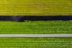 Drone foto van abstracte vormen van Nederlands landschap