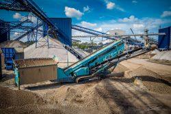 Drone foto van een grote machine bij zand en grind bedrijf