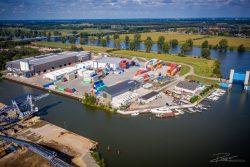 Drone foto van een logistiek en transportnbedrijf