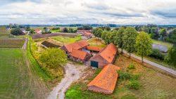 Verlaten boerderij in Limburgs landschap
