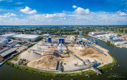 Dronefoto van Zand en grind bedrijf langs de Maas