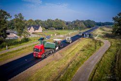 Dronefotograaf - het asfalteren van een provinciele weg