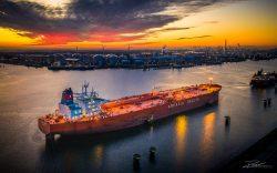 Dronefoto van Tanker in Calandkanaal Haven Rotterdam