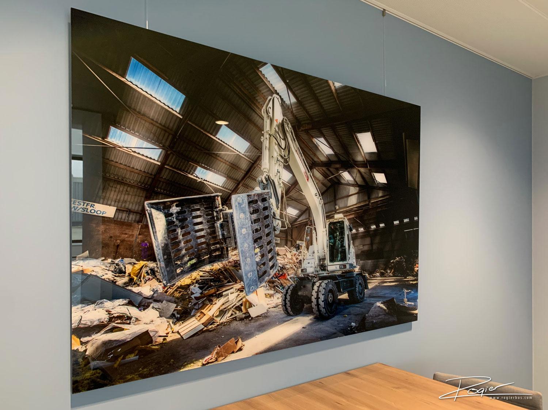 Industriële foto op groot formaat aan de muur achter plexiglas