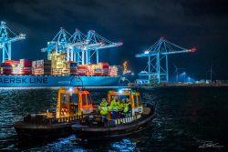 Industriële fotografie in de haven van Rotterdam — foto van bootje van de KRVE, midden in de nacht.