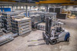 Drone foto binnen in fabriekshal
