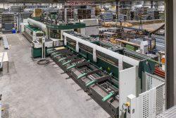 Drone foto van grote machine in staalfabriek