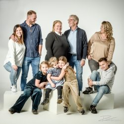 Vrolijk en ontspannen familieportret in de studio