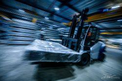 Industriële fotografie in de productiehal - vorkheftruck in staalfabriek