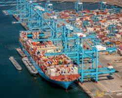Containers worden van een Maersk containerschip geladen bij de A