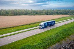 Dronefoto logistiek transport in Nederlands landschap