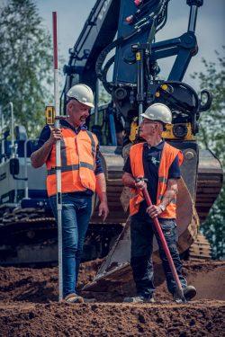 Medewerkers van grondverzetbedriijf aan het werk tijdens een reclame fotoshoot
