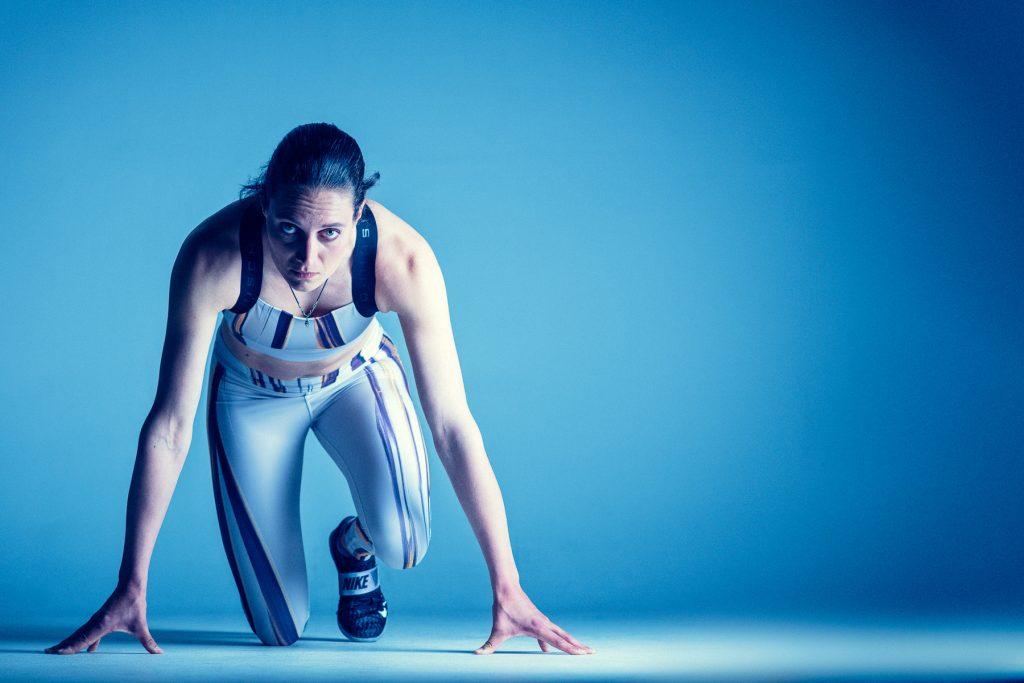 Studio portret van top sporter voor haar presskit en media